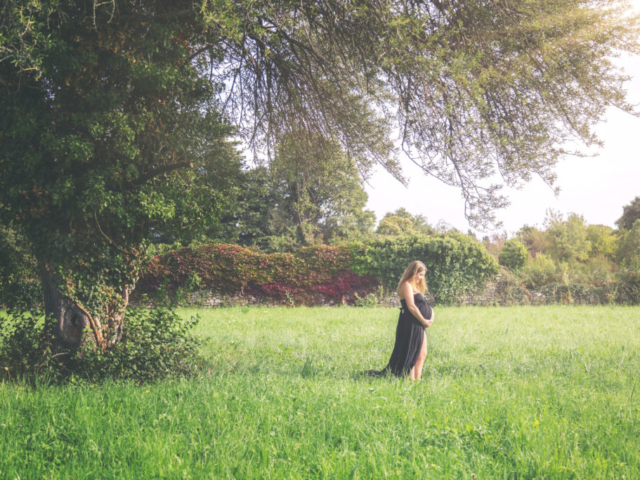 Photographe grossesse, shooting extérieur, maman