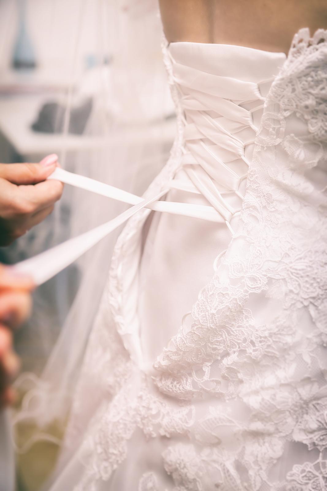 photographe de mariage, habillage de la mariée