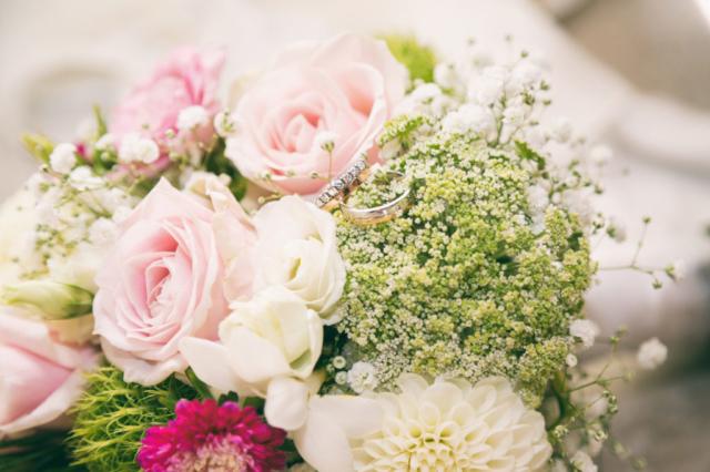 photographe de mariage, bouquet et alliances
