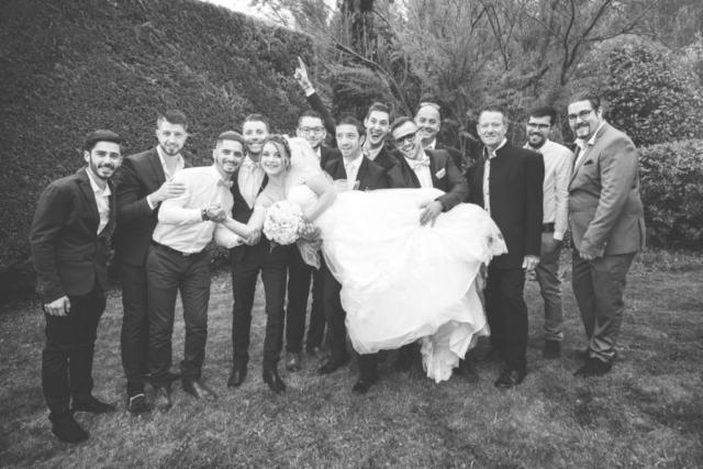 Photographe de mariage, les amis et la mariée