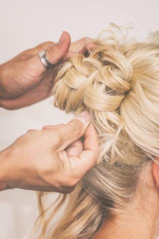Photographe de mariage, la coiffure
