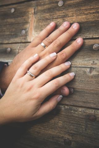 Photographe de mariage, les mains des mariés