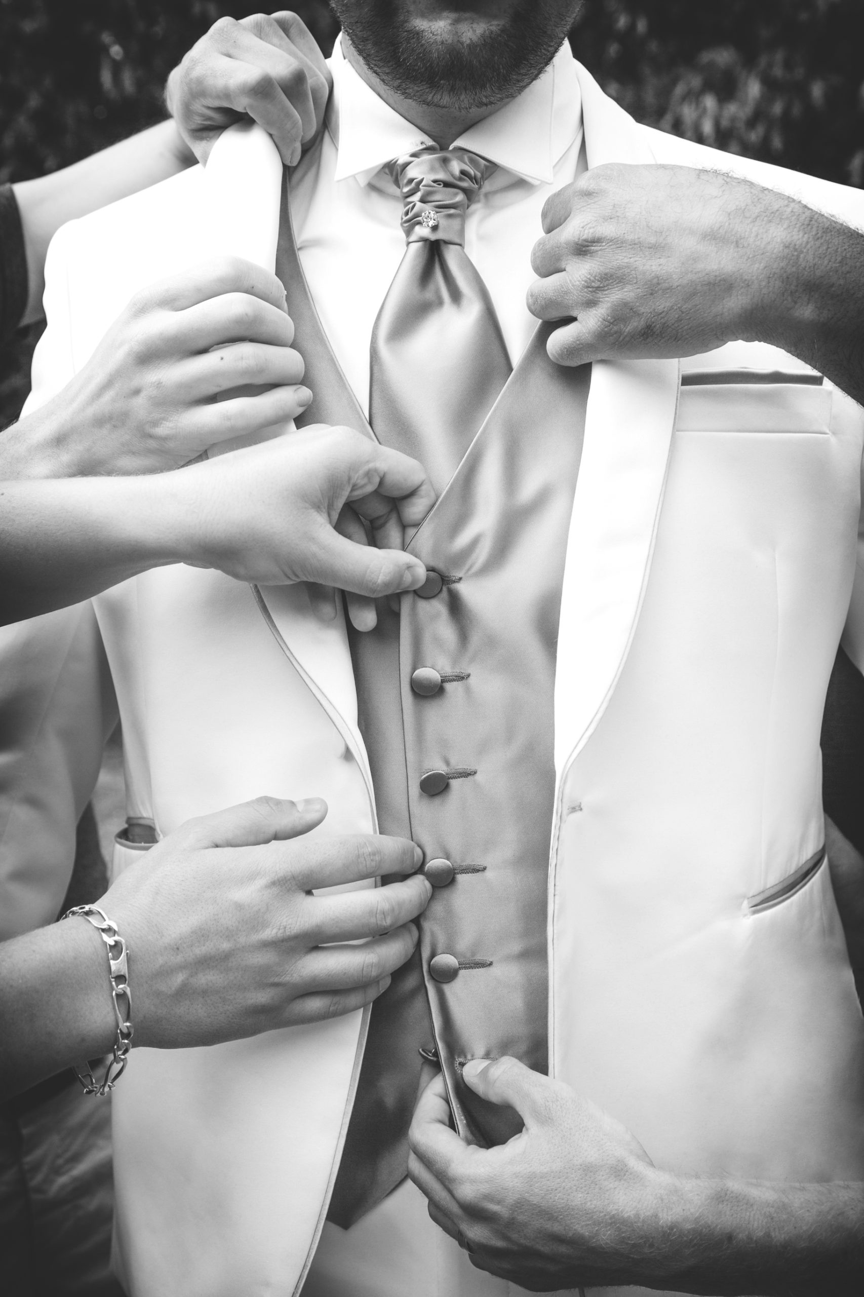 photographe de mariage, habillage du marié